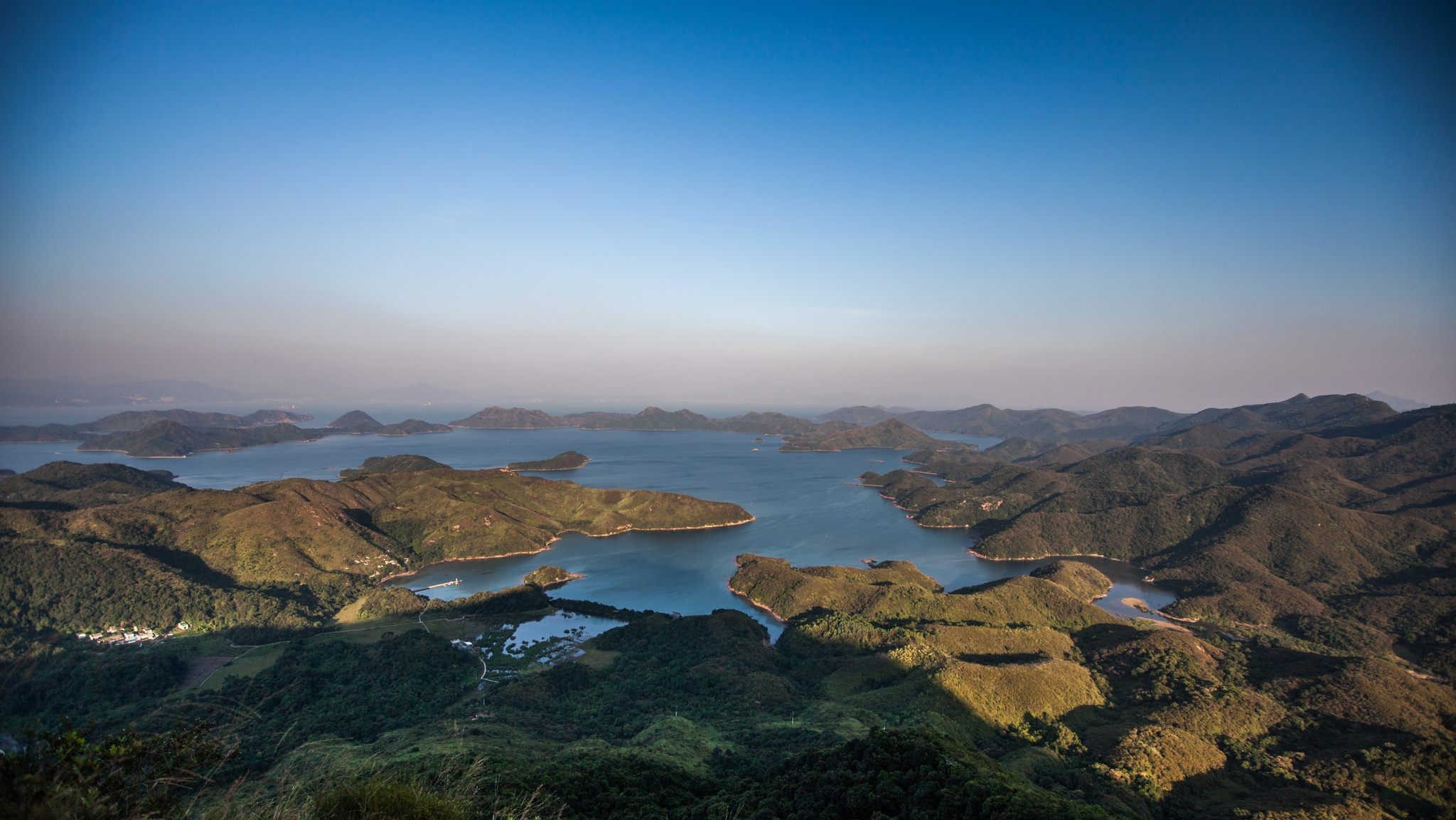 Yan Chau Tong Marine Park seen from Tiu Tang Lung | 吊燈籠眺望印洲塘海岸公園