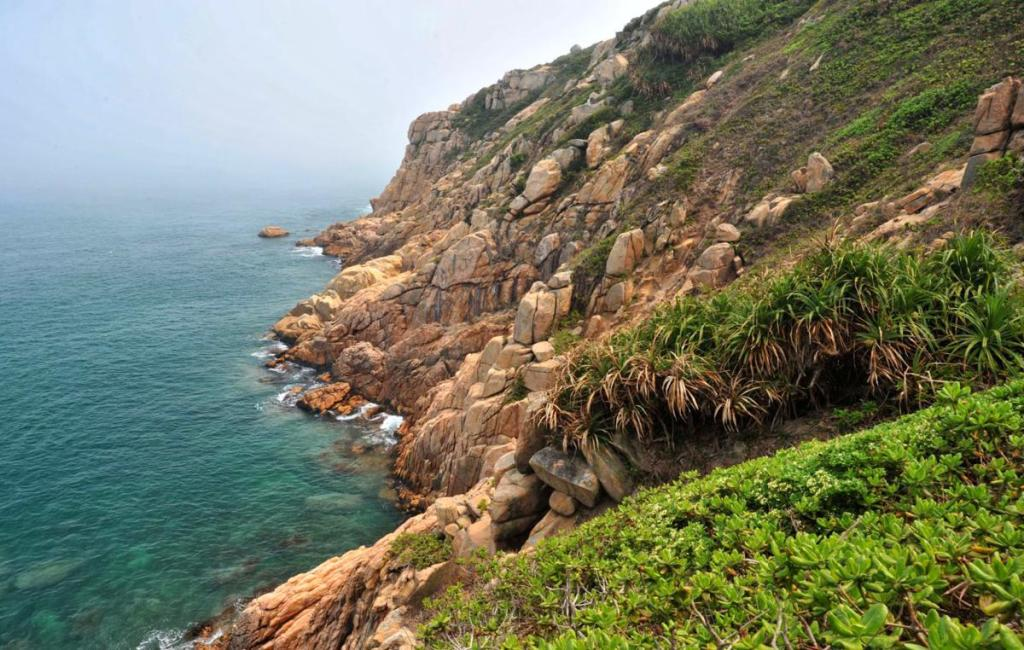 Rugged granites and rocky cliffs at Tai Tau Chau at Shek O | 石澳大頭洲 | 香港攀岩聖地